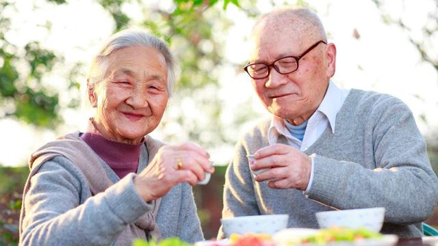Người già cần ăn bao nhiêu thức ăn trong một ngày?