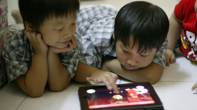 Tác hại khôn lường khi cho trẻ dùng điện thoại thông minh